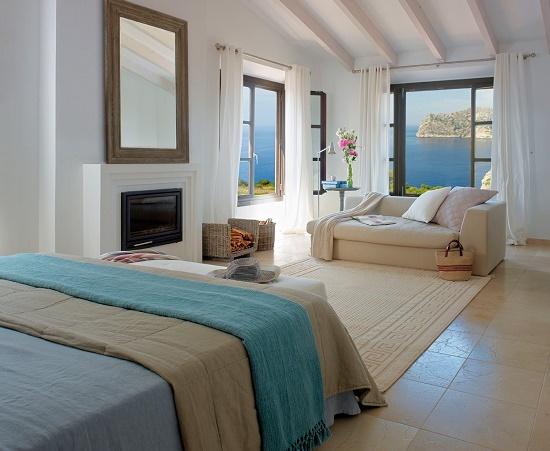 Средиземноморский стиль спальни в бежево-голубых тонах