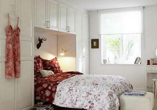 Короткие шторы и отделка стен белого цвета в маленькой спальне хрущевки