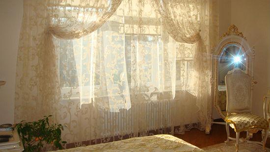 Декоративные двойные шторы из тюля кремового оттенка для спальни
