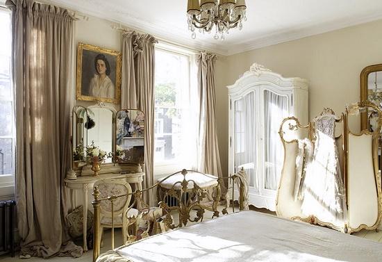 Позолоченные элементы декора в спальне во французском стиле