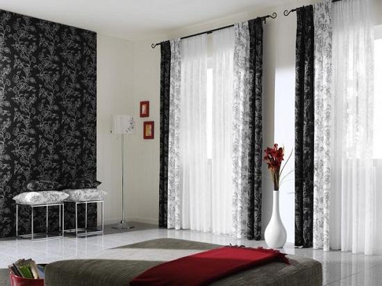 Сочетание белых и черных штор в строгом дизайне спальни