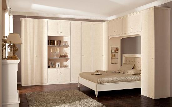 Большой шкаф-стенка с открытыми полками в спальне