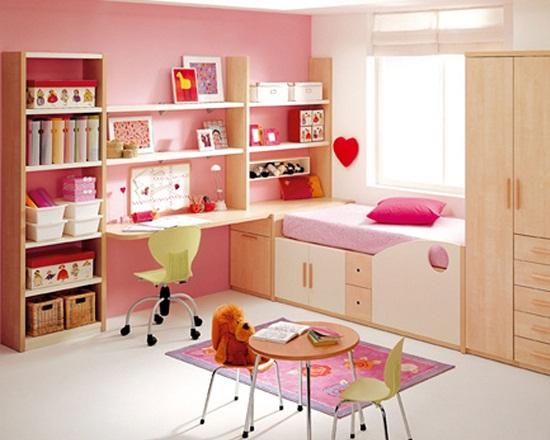 Установка в спальне девочки компактной корпусной мебели