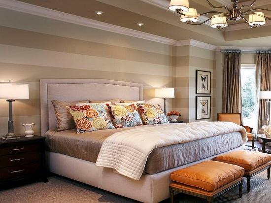 Отделка стен узкой спальни обоями в горизонтальную полоску