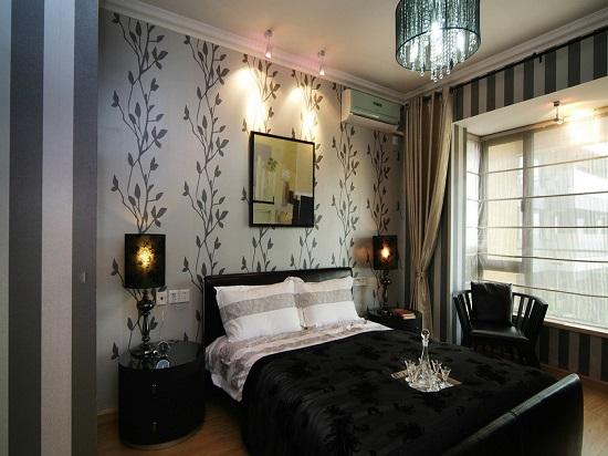Идея отделки стен спальни обоями в полоску и с цветочным принтом