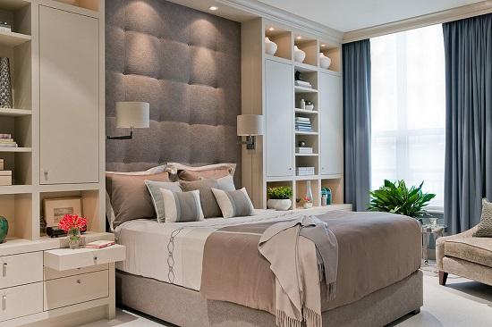 Установка кровати в центре узкой спальни