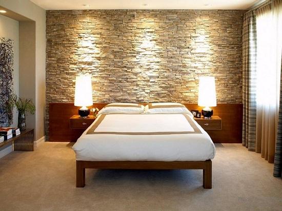 Идея дизайна спальни с использованием декоративного камня