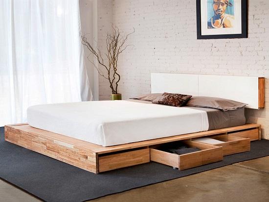 Установка в маленькой спальне кровати-подиума с вместительными ящиками