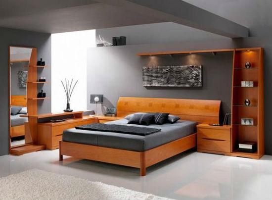 Небольшой комплект мебели с обилием полочек для спальни