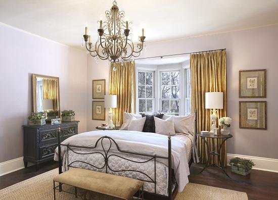 Идея украшения спальни большой люстрой под старину