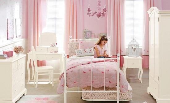 Текстиль нежного розового оттенка в спальне девочки