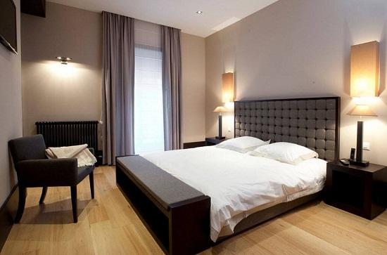 Светлые тона отделки стен в маленькой спальне