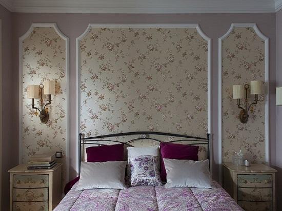 Идея для декорирования стены спальни панно с цветочными обоями