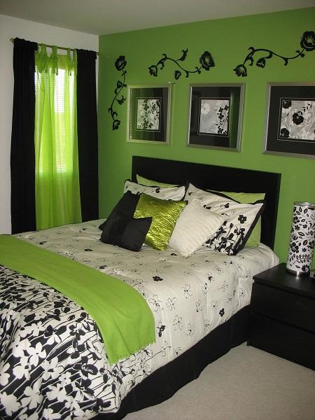 Спальня с отделкой стены насыщенного зеленого цвета