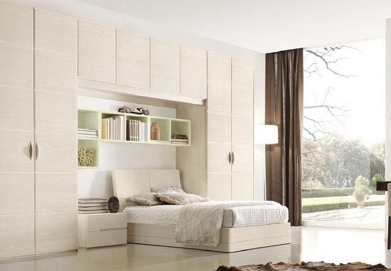 Размещение навесных шкафов над кроватью в спальне