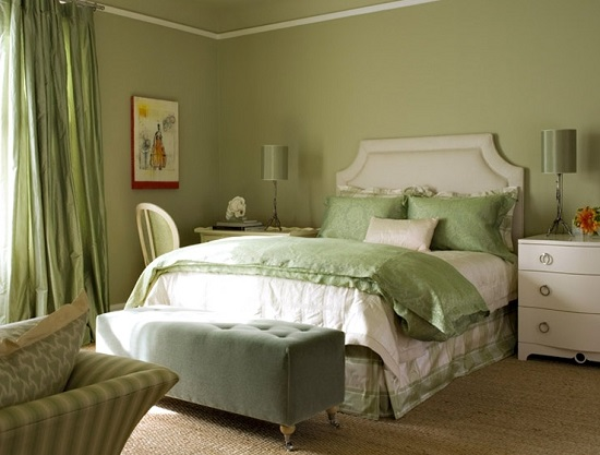 Классическая спальня с однотонными стенами оливкового цвета