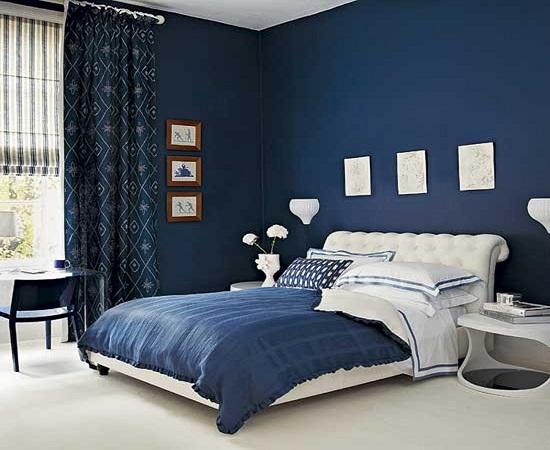 Идея для темной отделки спальни с белой мебелью