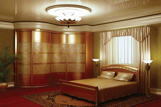 Шкаф-купе обтекаемой формы в спальне