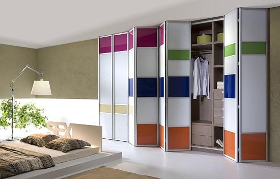 Разноцветный шкаф-купе с дверью-гармошкой в спальне