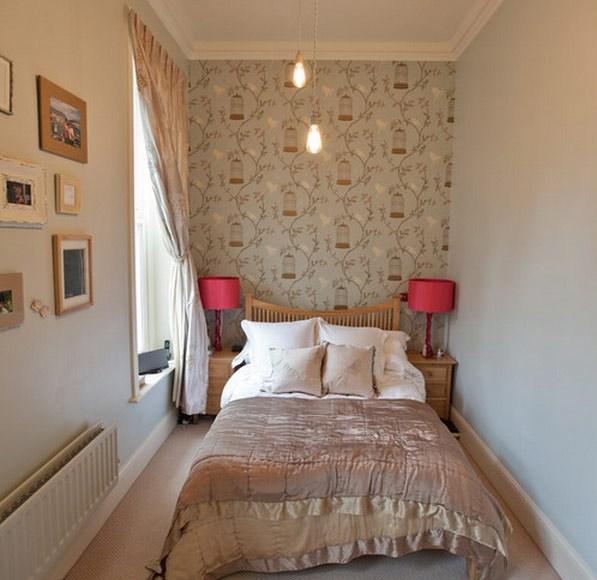 Ремонт спальни с отделкой короткой стены обоями с крупным рисунком