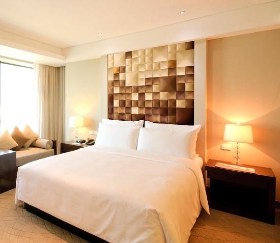 Сочетание бежевого и коричневого цвета в оформлении спальни