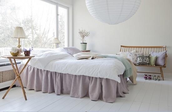 Белая спальня с мебелью светло-коричневого цвета