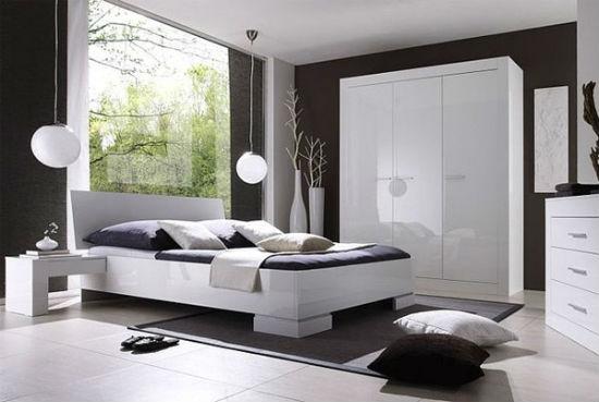 Белая мебель с глянцевой поверхностью в интерьере спальни