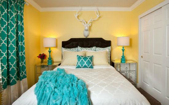 Текстиль бирюзового цвета в желтой спальне