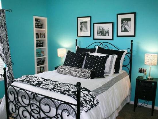 Спальня с насыщенной однотонной отделкой стен бирюзового цвета