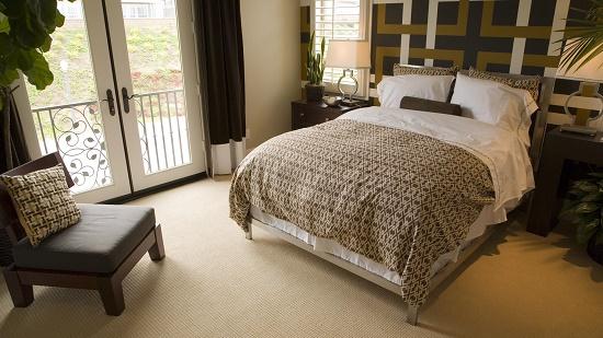 Установка кровати в большой спальне
