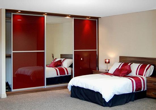 Встроенный шкаф с точечной подсветкой в спальне