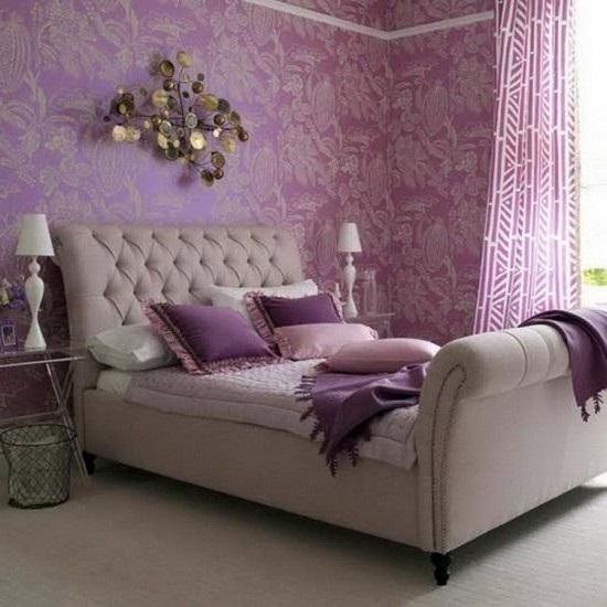 Сиреневая спальня с кроватью бежевого цвета в классическом стиле