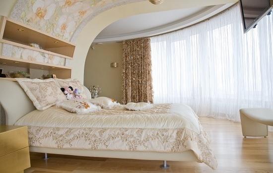 Криволинейный потолок оригинальной конструкции в спальне