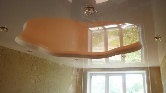 Натяжной потолок в спальне с использованием белого и бежевого полотна