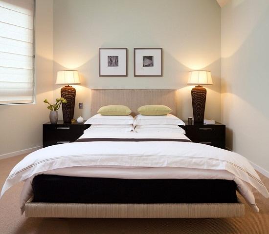 Маленькая спальня в светлых тонах с минимумом мебели
