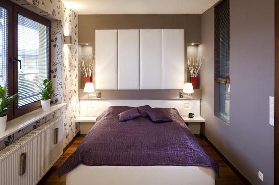Отделка темным цветом короткой стены узкой спальни