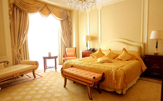 Использование в отделке большой спальни нескольких оттенков желтого цвета