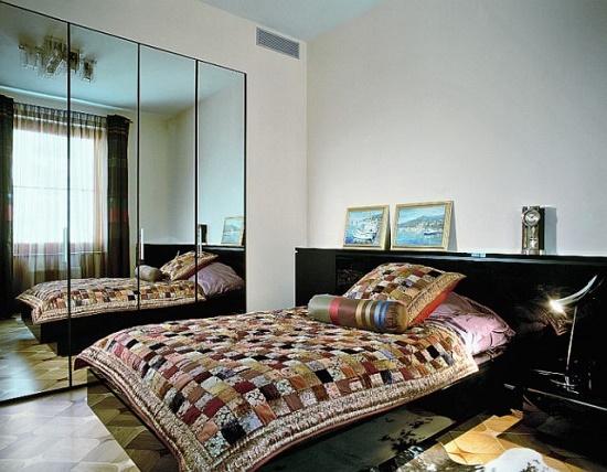 Установка зеркального шкафа в малогабаритной спальне