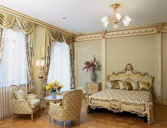 Спальня в классическом стиле с красивой антикварной мебелью