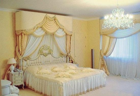 Красивые классические шторы с ламбрекеном в спальне
