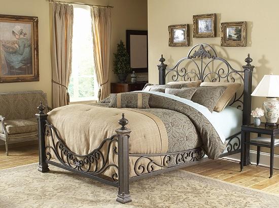 Кровать ручной работы с ковкой в спальне