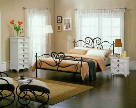 Ажурная кованая мебель в спальне
