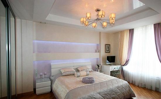 Натяжной потолок с комбинированием глянцевого и матового полотна в спальне