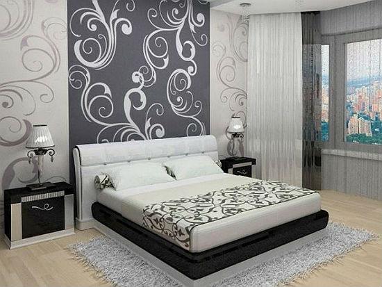 Оформление стены спальни обоями-компаньонами с крупным рисунком