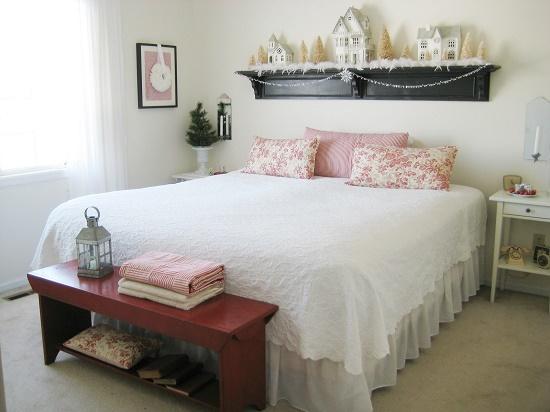 Малогабаритная спальня с кроватью без изголовья