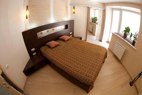 Установка кровати по диагонали в маленькой спальне