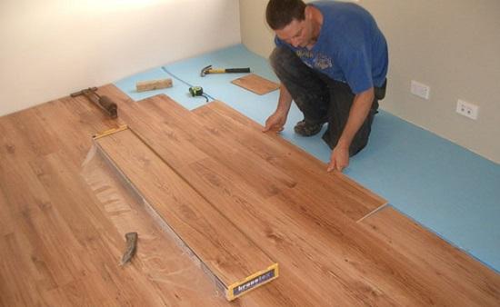 Монтаж ламинатного покрытия на пол ремонтируемой спальни