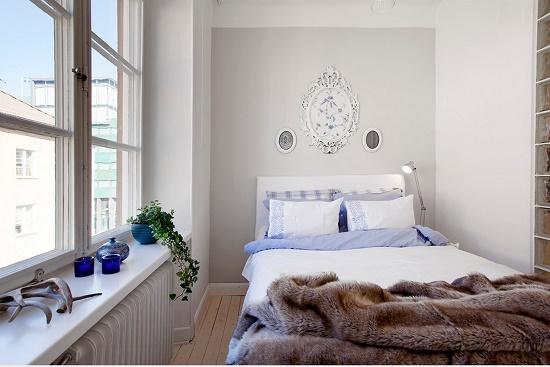 Кровать с высоким изголовьем в узкой спальне