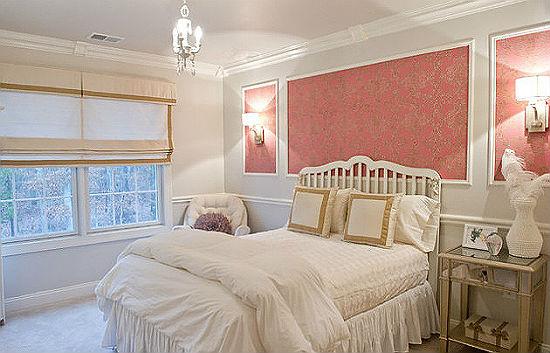 Зонирующие пространство молдинги в оформлении спальни