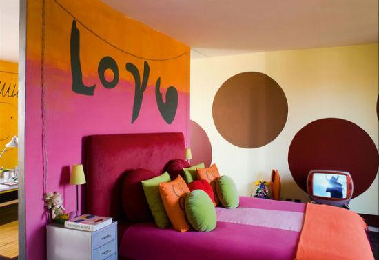Яркая спальня с красочным текстилем и оформлением стен